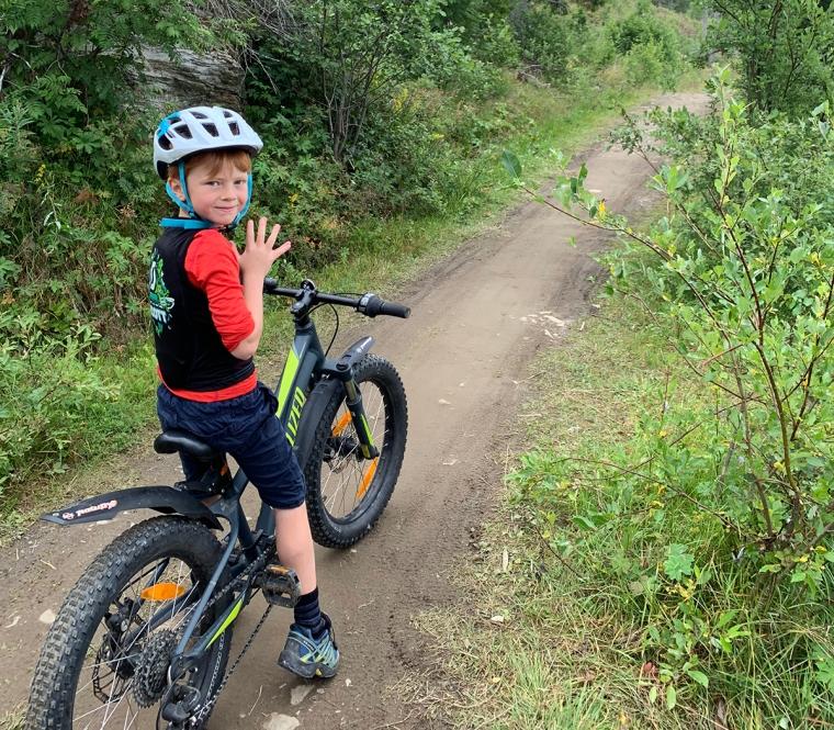 Ett barn på en mtb-cykel.