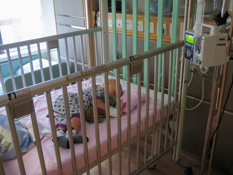 Ett barn i en sjukhussäng med dropp.